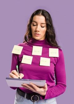 Mulher com notas auto-adesivas na blusa