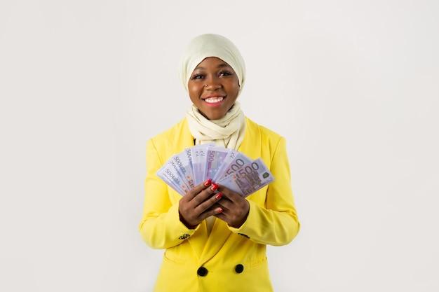 Mulher com notas de euro nas mãos