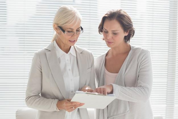 Mulher com notas de leitura do terapeuta
