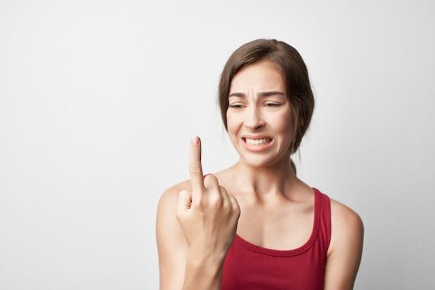 Mulher com o dedo indicador ferido remédio para problemas de saúde