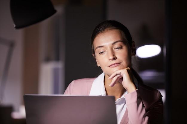 Mulher com o laptop no escritório