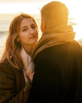 Mulher com o namorado na praia no inverno