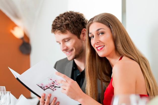 Mulher com o namorado no restaurante
