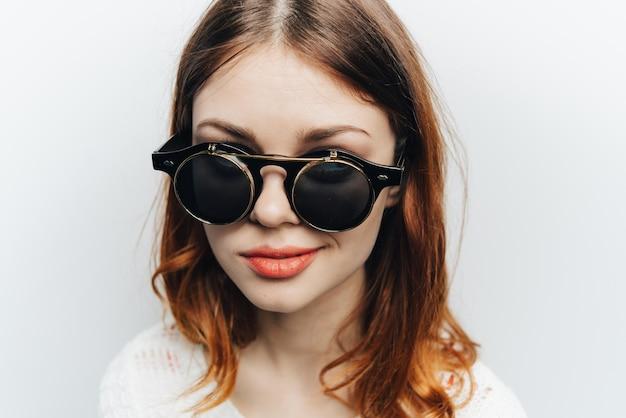 Mulher com óculos clássicos de negócios