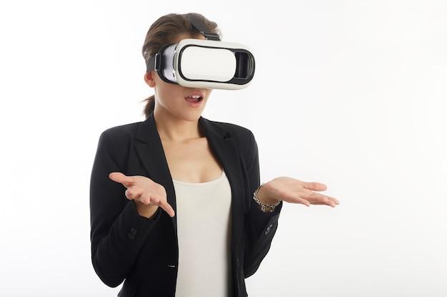 Mulher com óculos de realidade virtual
