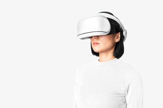 Mulher com óculos de rv no tema de tecnologia de entretenimento