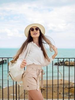 Mulher com óculos de sol viajando