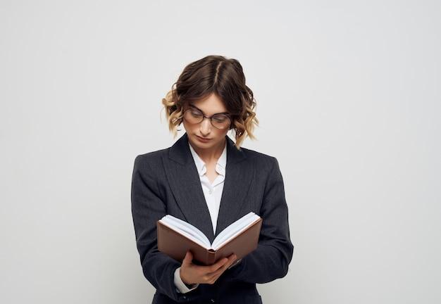 Mulher com óculos, documentos em mãos, escritório executivo