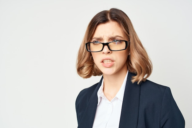 Mulher com óculos, estilo de vida executivo, fundo isolado