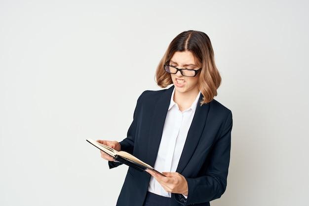 Mulher com óculos executivo fundo de estilo de vida isolado. foto de alta qualidade