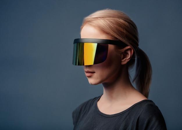 Mulher com óculos futuristas no espaço cinza