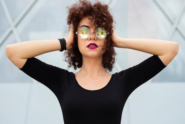 Mulher com óculos holográficos