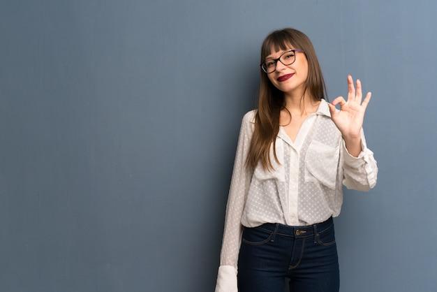 Mulher, com, óculos, mostrando, um, tá bom sinal, com, dedos