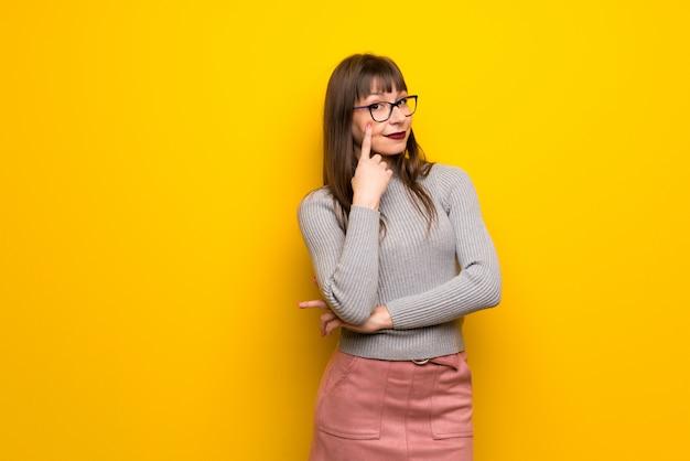 Mulher com óculos olhando para a frente