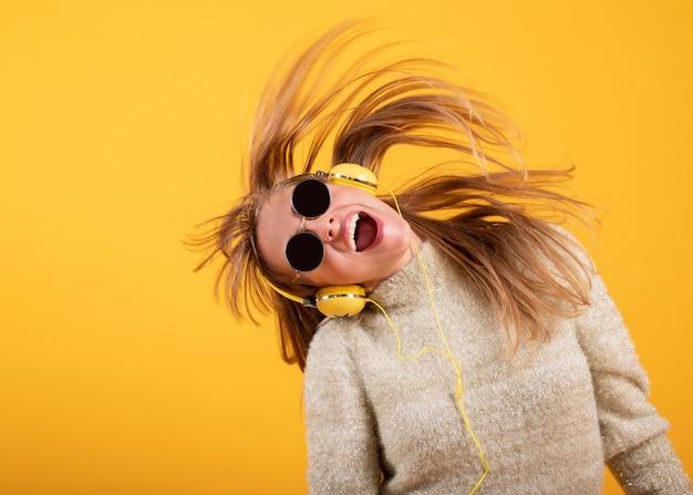 Mulher com óculos ouve música