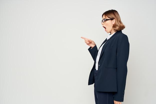 Mulher com óculos profissional de estúdio executivo