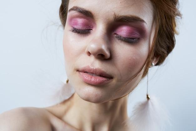 Mulher com olhos fechados, ombros nus, close-up de luxo maquiagem brilhante. foto de alta qualidade