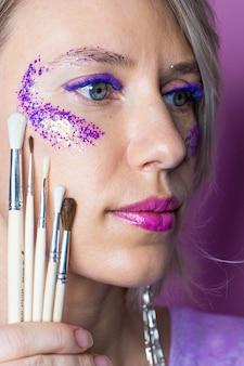 Mulher com olhos grandes e lindos com cílios coloridos