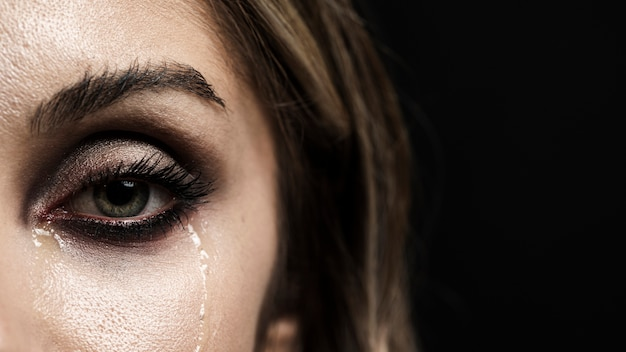 Mulher, com, olhos verdes, chorando