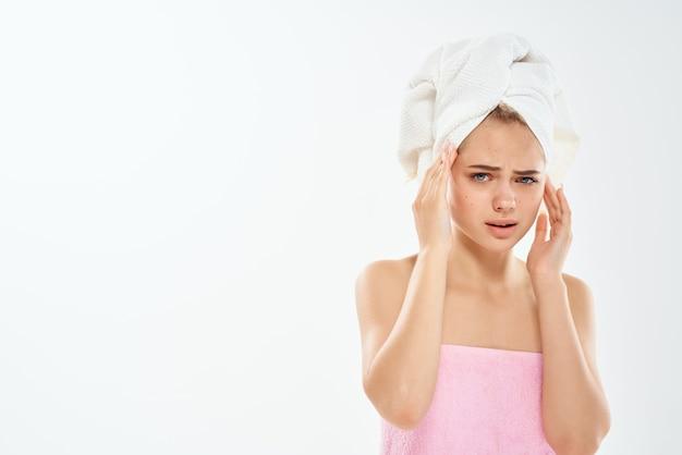 Mulher com ombros combinados segurando o rosto, dermatologia, cuidados com a pele