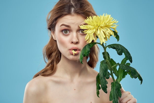 Mulher com ombros nus flores encanto pele clara