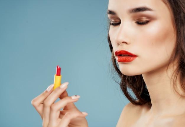 Mulher com ombros nus, lábios vermelhos, cosméticos, decoração, luxo
