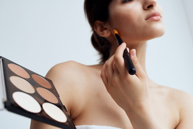 Mulher com ombros nus maquiagem cuidados com a pele close-up. foto de alta qualidade