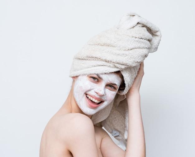 Mulher com ombros nus máscara facial cuidados com a pele vista recortada