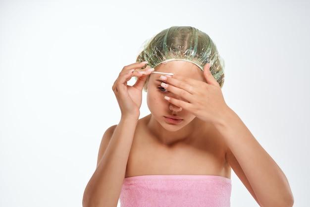 Mulher com ombros nus remove espinhas na testa dermatologia