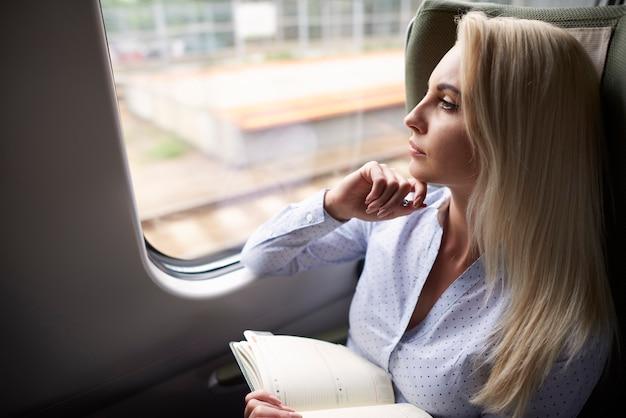 Mulher com organizador no trem