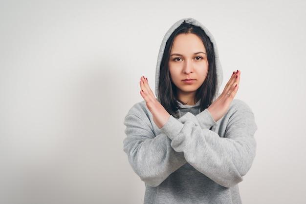 Mulher com os braços cruzados. gesto de recusa, abstinência, protesto