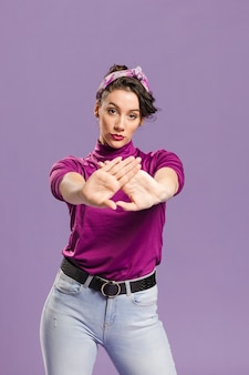 Mulher com os braços na frente de seu tiro médio