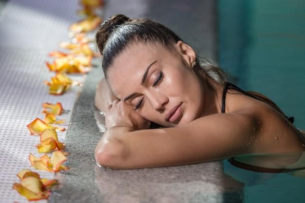 Mulher com os olhos fechados na piscina
