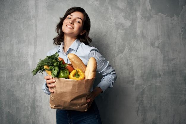 Mulher com pacote de mantimentos supermercados serviço de alimentação saudável