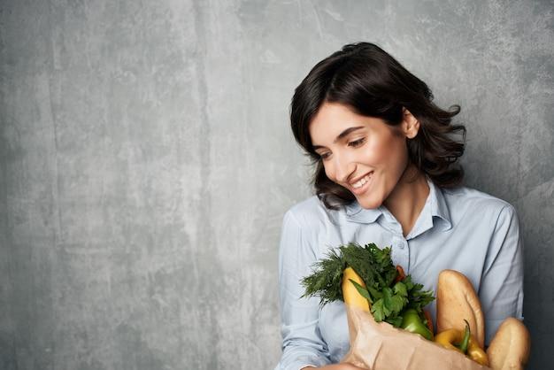 Mulher com pacote de mercearia supermercados serviço de alimentação saudável