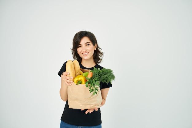 Mulher com pacote de supermercado serviço de entrega de mantimentos