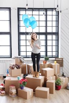 Mulher com pacotes de carga prontos para enviar ou mover