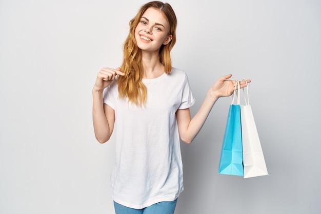 Mulher com pacotes nas mãos, comprando diversão shopaholic closeup