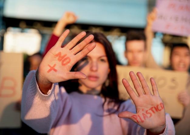 Mulher com palavras nas palmas das mãos de perto