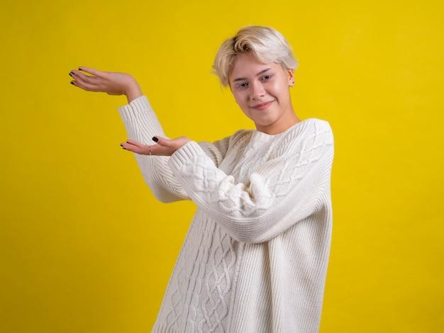 Mulher com palmas para cima