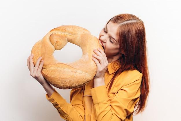 Mulher com pão, pão fresco grande