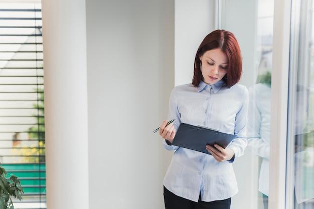 Mulher com pasta no escritório