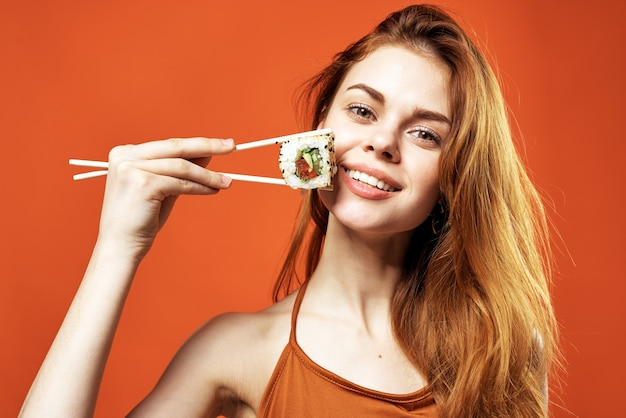 Mulher com pauzinhos lanche culinária japonesa frutos do mar