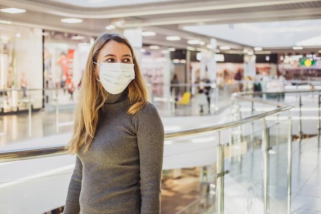 Mulher com pé de máscara no shopping