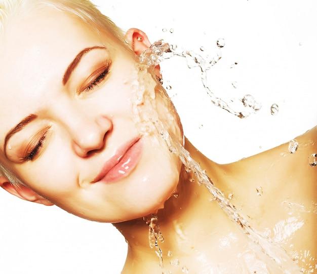 Mulher com pele limpa com esguicho de água