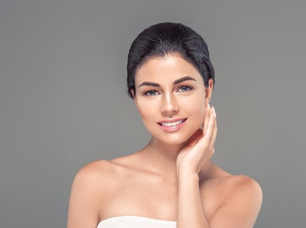 Mulher com pele limpa, fresca, saudável, natural, moda, nudez, maquiagem