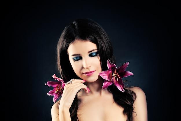 Mulher com pele, penteado, maquiagem e flores saudáveis