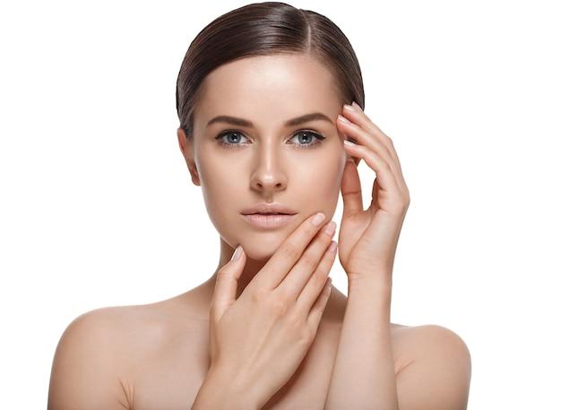 Mulher com pele suave e saudável e beleza está tocando seu rosto. conceito de skincare.