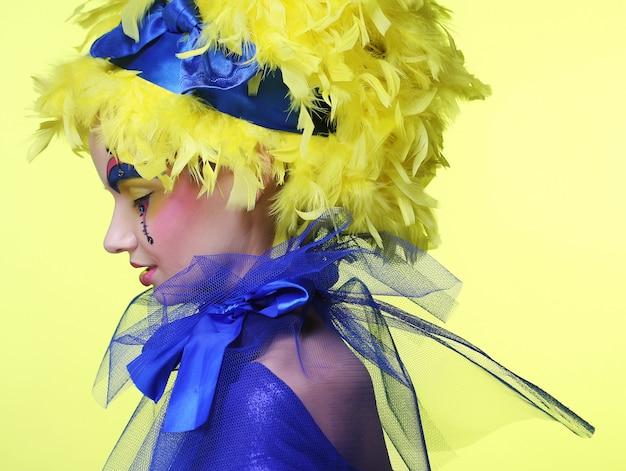 Mulher com pena de peruca amarela
