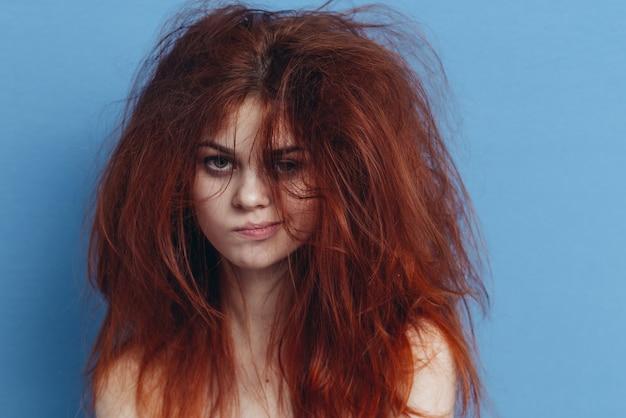 Mulher com pente, cabelo safado, pontas duplas